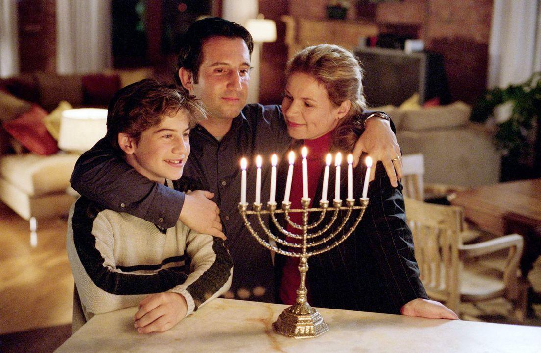 Chanukka im Hause Schlotsky: (v.l.n.r.) Alex (Alex D. Linz), Marshall (Jason Blicker) und Cynthia (Linda Kash) ... - Bildquelle: The Disney Channel