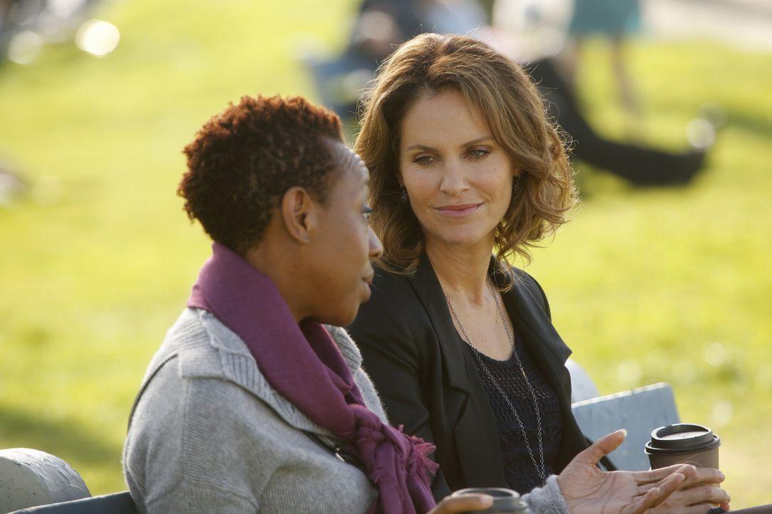 Violet (Amy Brenneman, r.) kümmert sich um Gabi Rivera (Marianne Jean-Baptiste, l.), dien nicht akzeptieren, dass es kein Wiedererwachen gibt bei i... - Bildquelle: ABC Studios