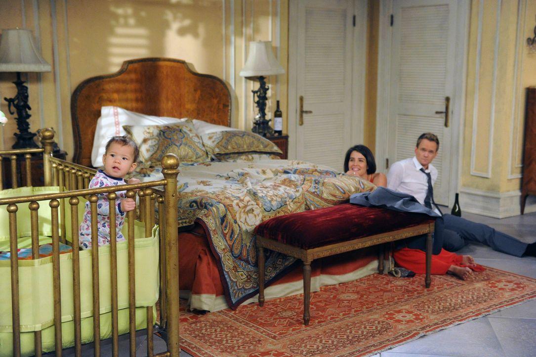 Nach einer durchzechten Nacht in Buenos Aires kümmern sich Robin (Cobie Smulders, r.) und ihr Mann Barney (Neil Patrick Harris, r.) um das schreiend... - Bildquelle: 2014 Twentieth Century Fox Film Corporation. All rights reserved.