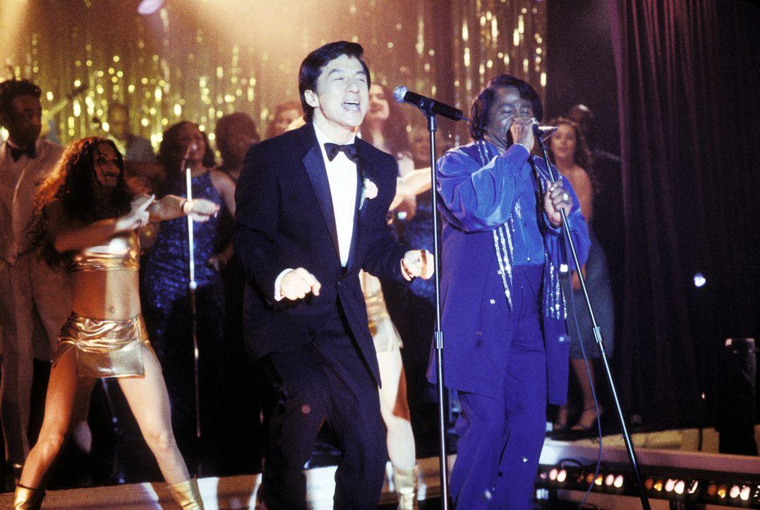 Kaum hat Jimmy (Jackie Chan, l.) den Anzug seines im Koma liegenden Chefs an, da befindet er sich auch schon auf der Bühne, wo er die Vertretung vo... - Bildquelle: TM &   2002 DreamWorks LLC. All Rights Reserved