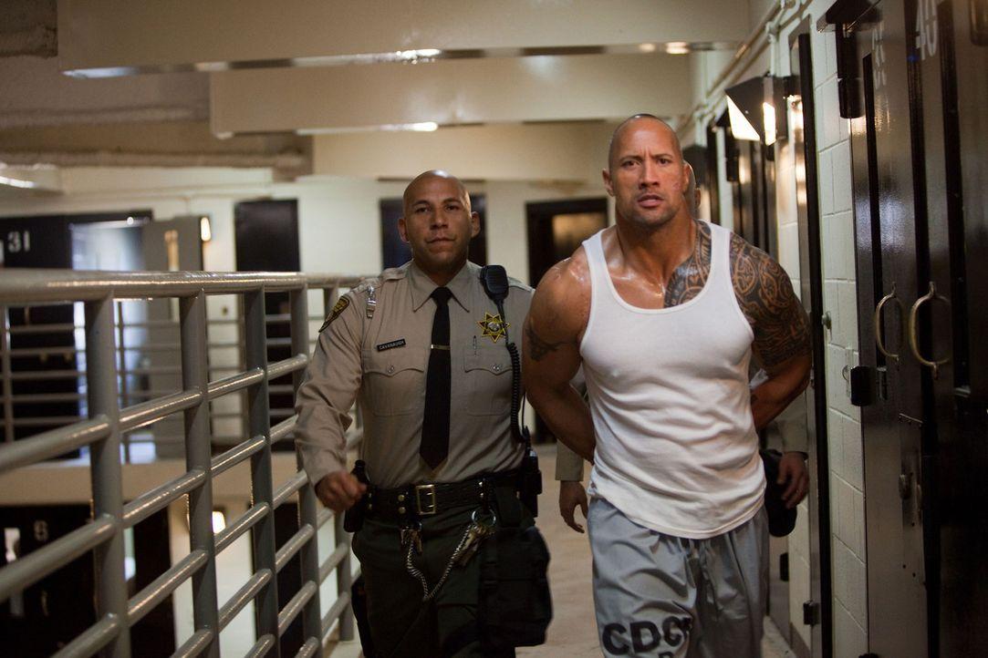 Nach einem Banküberfall saß Driver (Dwayne Johnson, r.) zehn Jahren im Gefängnis. Nach seiner Freilassung hat er nur ein Ziel: Er will den Mord a... - Bildquelle: 2010 CBS FILMS, INC.  All rights reserved.