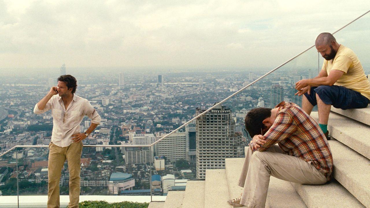 Und wieder sorgt ein gewaltiger Hangover nach einer Junggesellenparty bei Phil (Bradley Cooper, l.), Stu (Ed Helms, M.) und Alan (Zach Galifianakis,... - Bildquelle: Warner Brothers