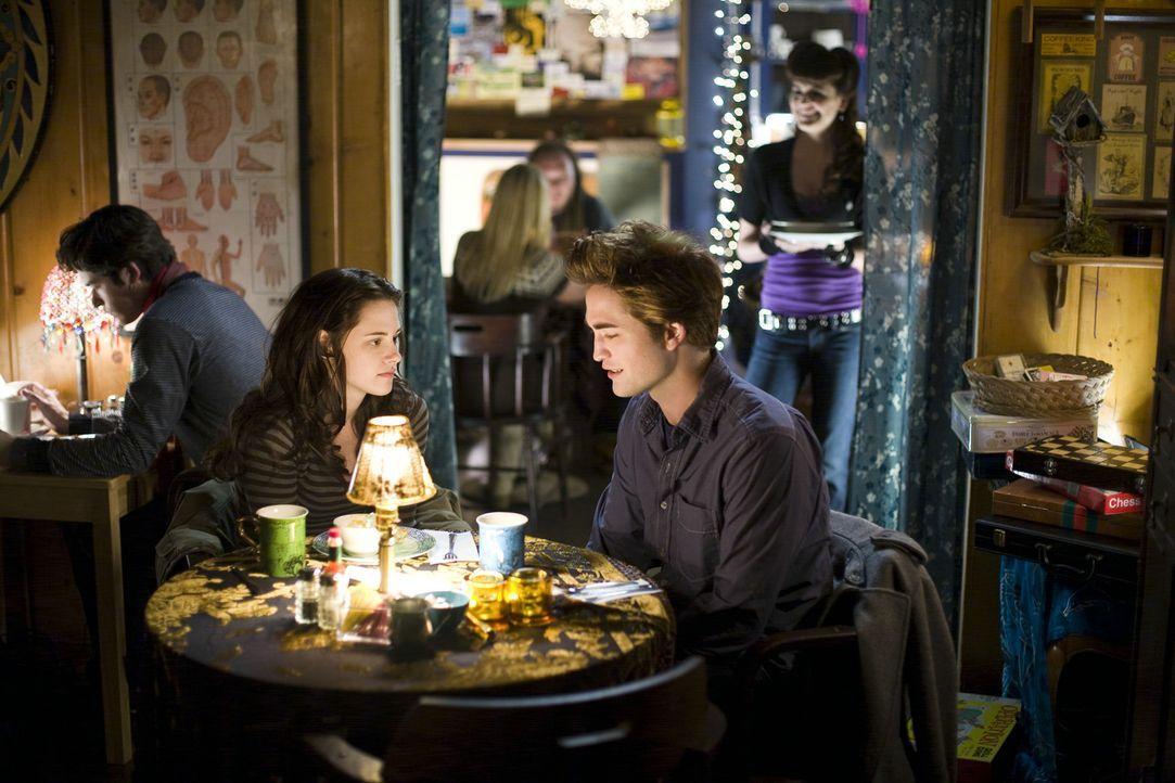Immer wieder taucht Edward (Robert Pattinson, r.) aus dem Nichts auf, um Bella (Kristen Stewart, l.) aus brenzligen Situationen zu retten. Da kommt... - Bildquelle: 2008 Summit Entertainment, LLC All Rights Reserved
