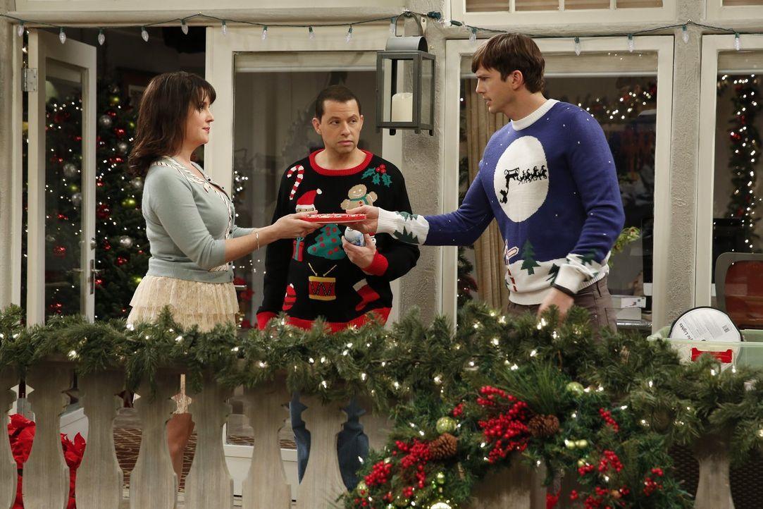 Weihnachten naht und Rose (Melanie Lynskey, l.), Walden (Ashton Kutcher, r.) und Alan (Jon Cryer, M.) erleben ein ganz besonderes Fest zusammen ... - Bildquelle: Warner Brothers Entertainment Inc.