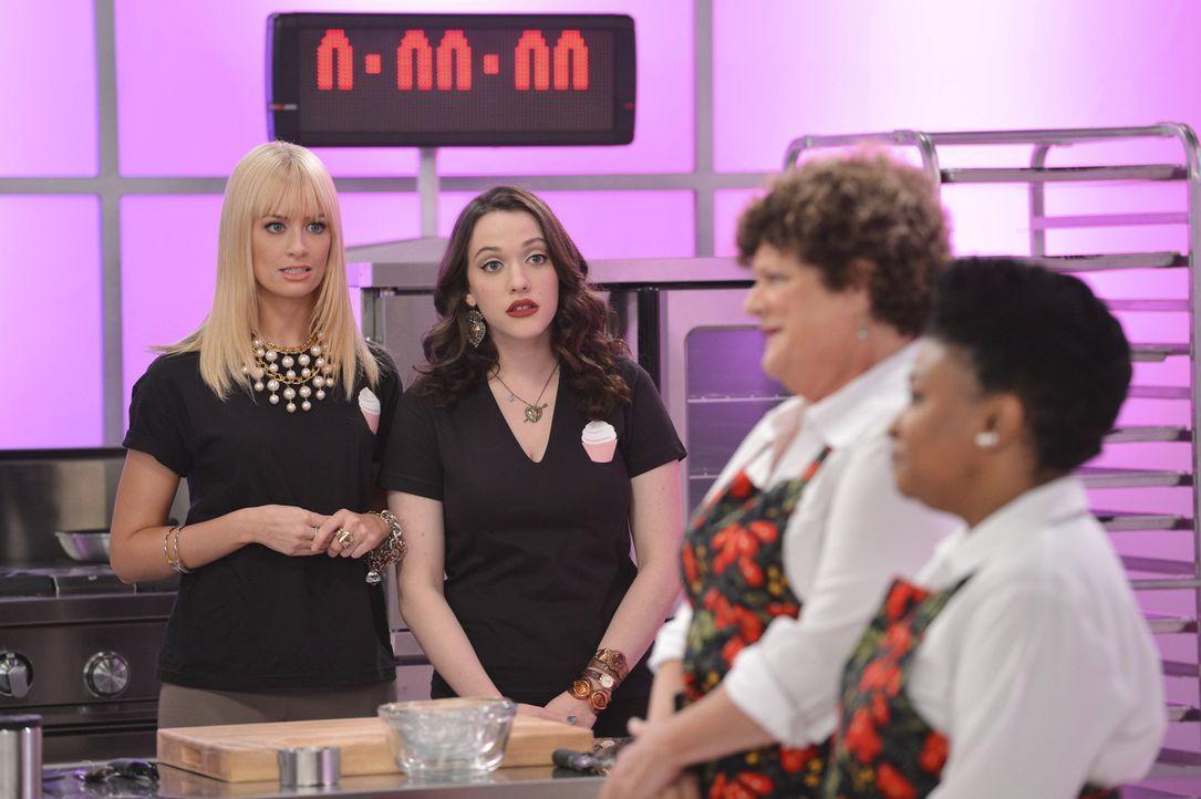 """So einfach wie sich das Caroline (Beth Behrs, l.) und Max (Kat Dennings, 2.v.l.) vorgestellt haben, ist ein """"Cupcake Krieg"""" gegen Felicia (Frances C... - Bildquelle: Warner Brothers"""