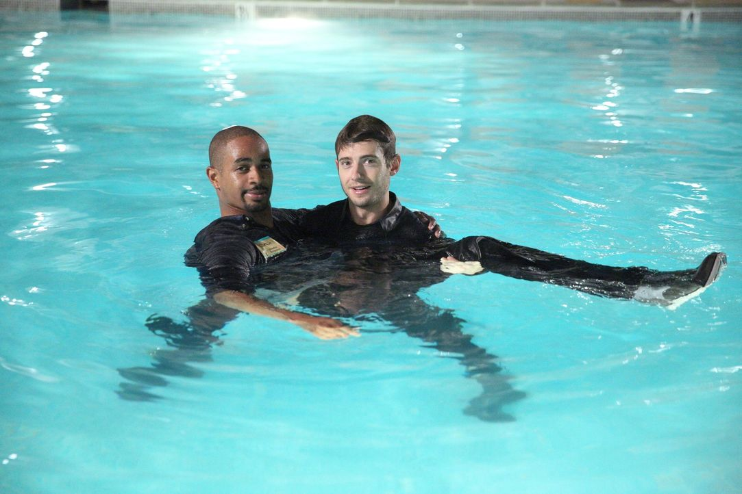 Als Ryan (Julian Morris, r.) Coach (Damon Wayans Jr., l.) aus dem Pool rettet, beweist er, was für ein Held er doch ist ... - Bildquelle: 2014 Twentieth Century Fox Film Corporation. All rights reserved.