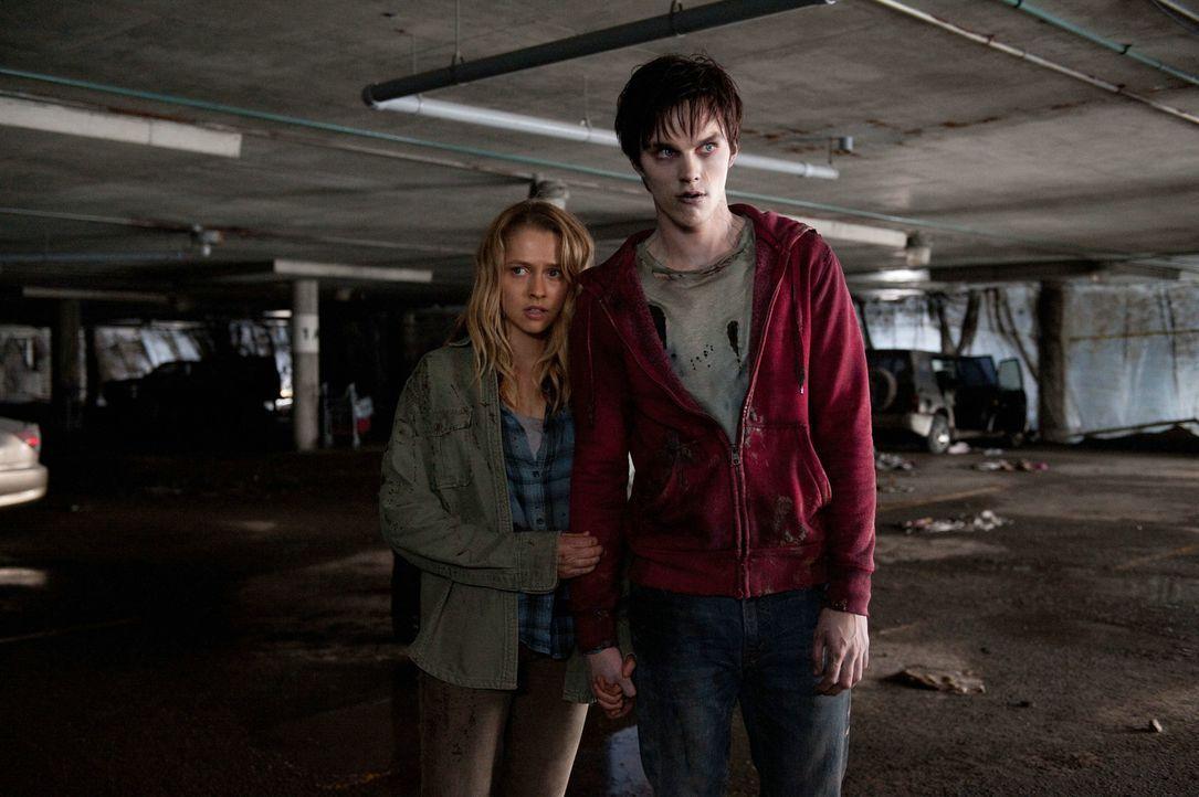 Als sich Zombie R (Nicholas Hoult, r.) eines Tages in Richtung Stadt auf Nahrungssuche begibt, trifft er auf Julie (Teresa Palmer, l.) und ihren Fre... - Bildquelle: 2013 Concorde Filmverleih GmbH