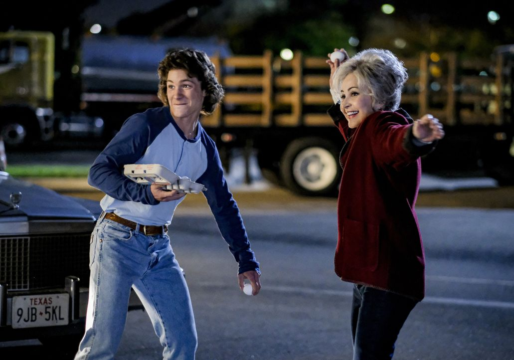 Georgie Cooper (Montana Jordan, l.); Connie Tucker (Annie Potts, r.) - Bildquelle: 2020 Warner Bros. Entertainment Inc. All Rights Reserved.