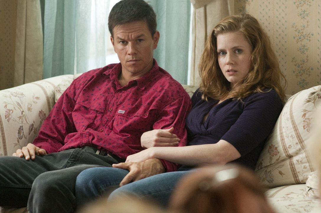 Als Dicky im Gefängnis landet, gelingt es Charlene (Amy Adams, r.), Micky (Mark Wahlberg, l.) aus seiner Familie zu lösen. Schon sehr bald fahrt d... - Bildquelle: 2010 Fighter, LLC All Rights Reserved