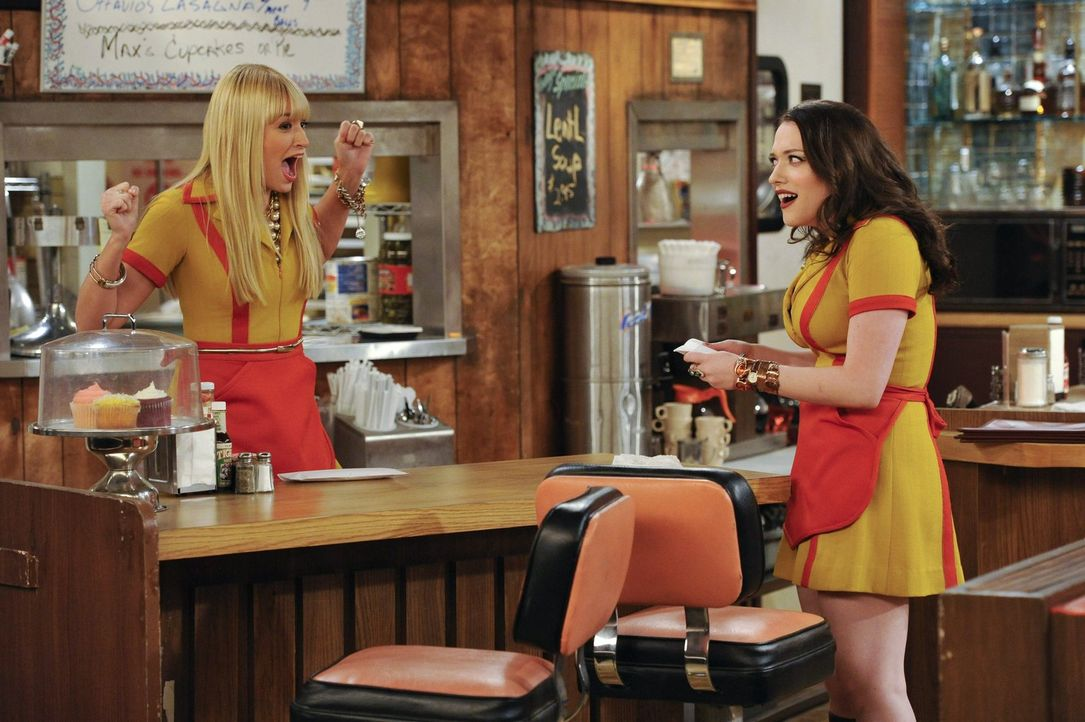 Weil Caroline (Beth Behrs, l.) Max' (Kat Dennings, r.) geliebte Bettwäsche entsorgt hat, ist diese stinksauer und verlangt sie sofort zurück. Leider... - Bildquelle: Warner Brothers