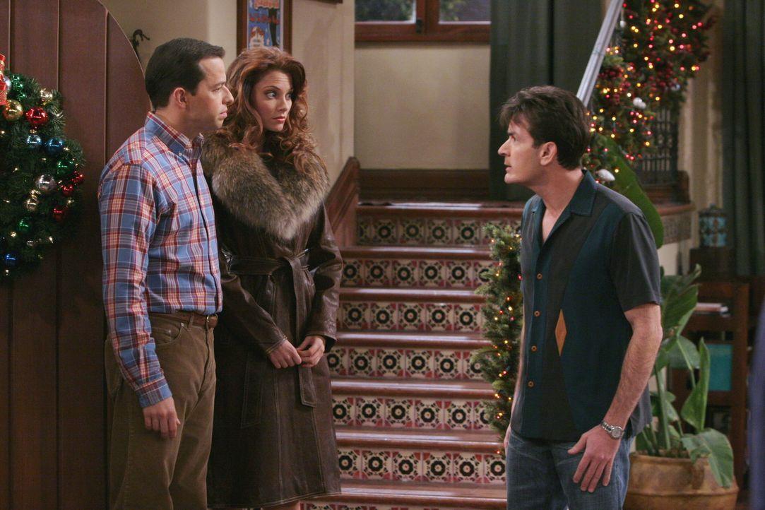 Charlie (Charlie Sheen, r.) ist genervt, denn eigentlich wollte er Weihnachten mit seiner Freundin im Bett verbringen und plötzlich sind Alan (Jon C... - Bildquelle: Warner Brothers Entertainment Inc.