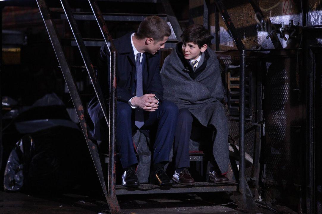 Lieutenant James Gordon (Ben McKenzie, l.) ist gerade neu in Gotham angekommen und setzt es sich zum Ziel, die Kriminalität in der Stadt zu bekämpfe... - Bildquelle: Warner Bros. Entertainment, Inc.