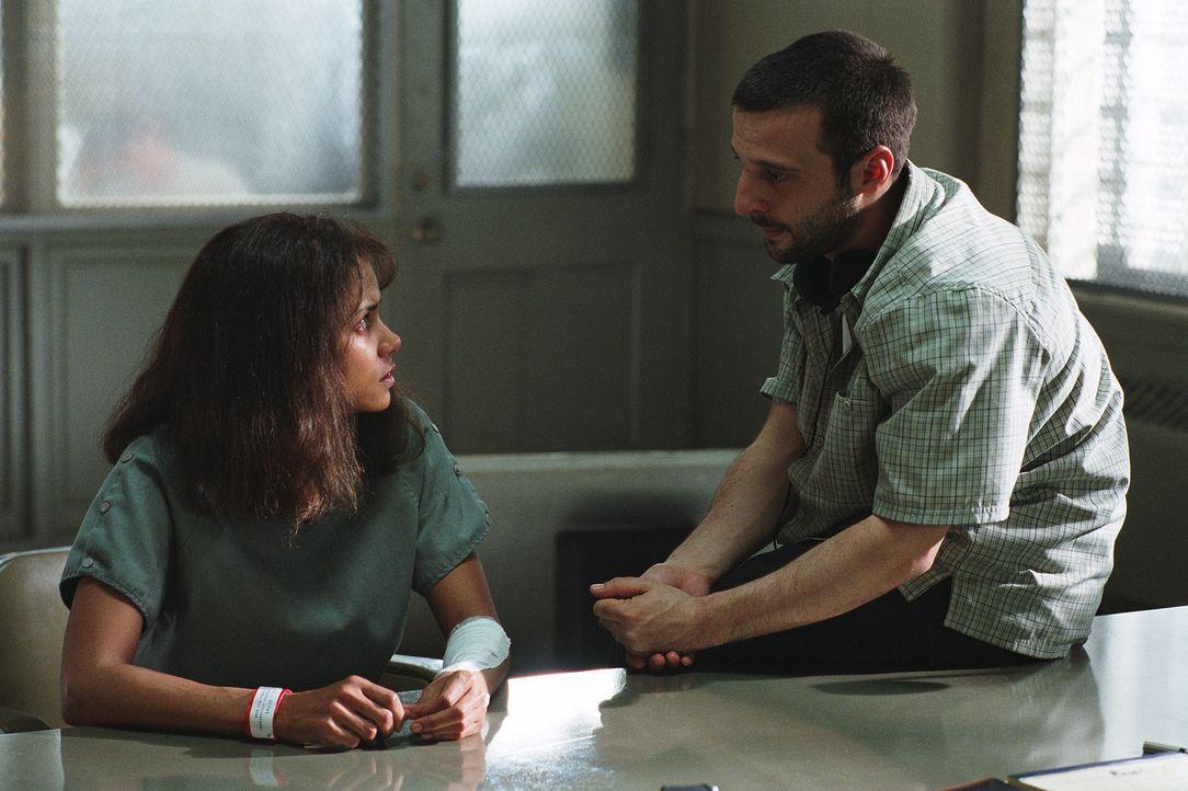 Regisseur Mathieu Kassovitz, r. und Hauptdarstellerin Halle Berry, l. - Bildquelle: 2004 Sony Pictures Television International. All Rights Reserved.