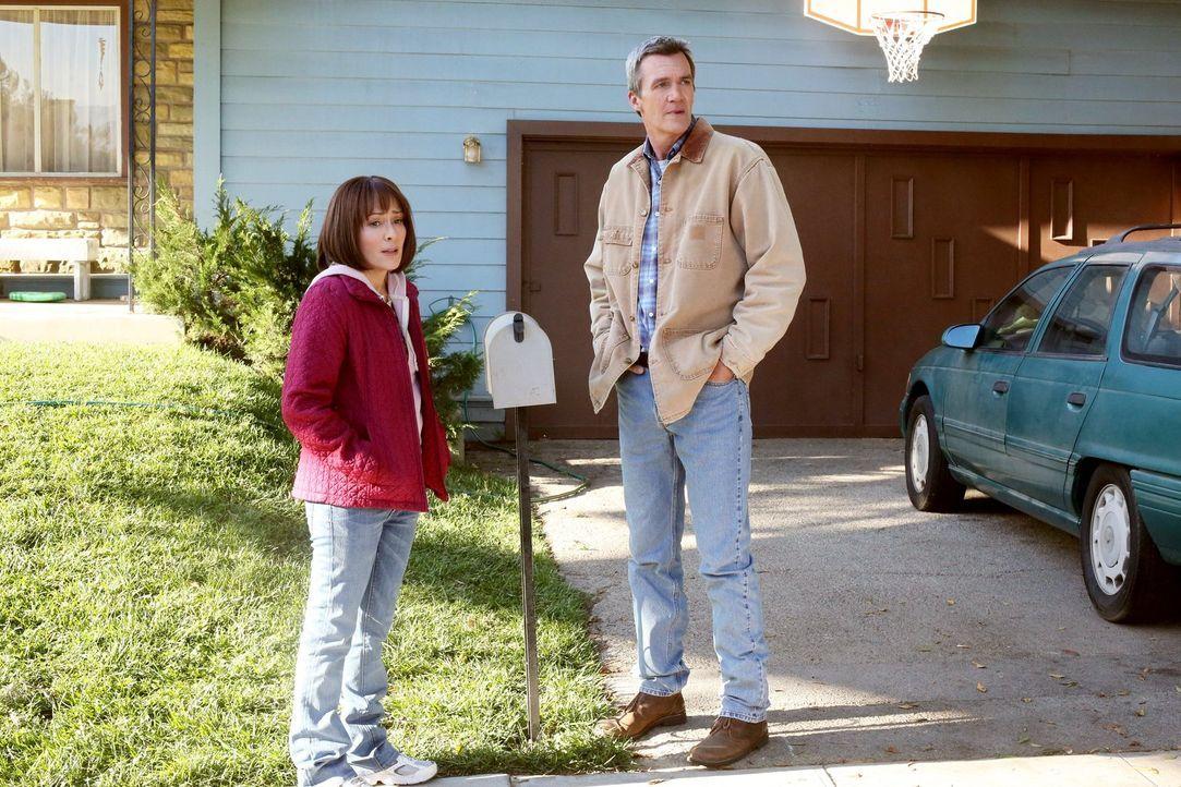Frankie (Patricia Heaton, l.) und Mike (Neil Flynn, r.) machen sich Sorgen, dass Axl doch kein Sportstipendium fürs College erhält. Währenddessen ne... - Bildquelle: Warner Brothers