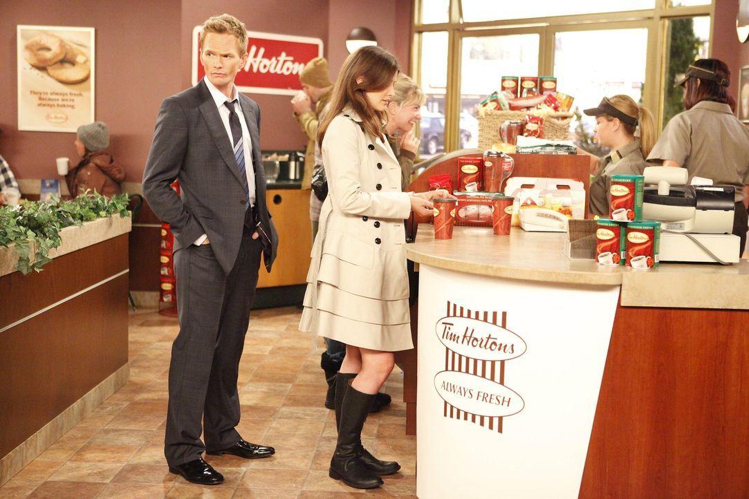 Um der Ausweisung zu entgehen, überlegt Robin (Cobie Smulders, r.) die amerikanische Staatsbürgerschaft anzunehmen. Barney (Neil Patrick Harris, l... - Bildquelle: 20th Century Fox International Television