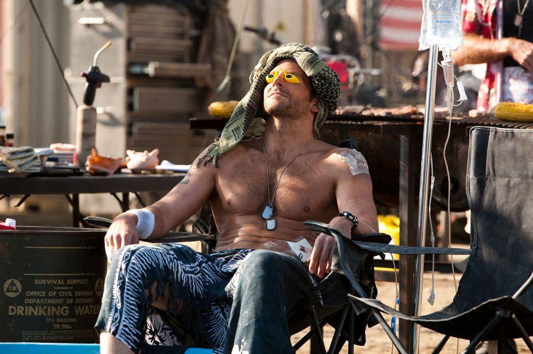 Von der erfolglosen Hetzjagd auf Morrison angeschlagen, erholt sich Face (Bradley Cooper) erstmal in der Sonne ... - Bildquelle: TM and   2010 Twentieth Century Fox Film Corporation. All rights reserved. Not for sale or duplication.