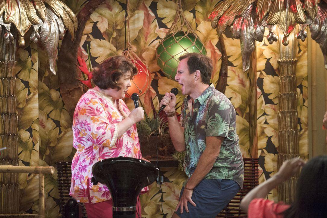 Nathans (Will Arnett, r.) Urlaub auf den Bahamas, wird plötzlich gestört, als seine Mutter Carol (Margo Martindale, l.) auftaucht ... - Bildquelle: 2013 CBS Broadcasting, Inc. All Rights Reserved.