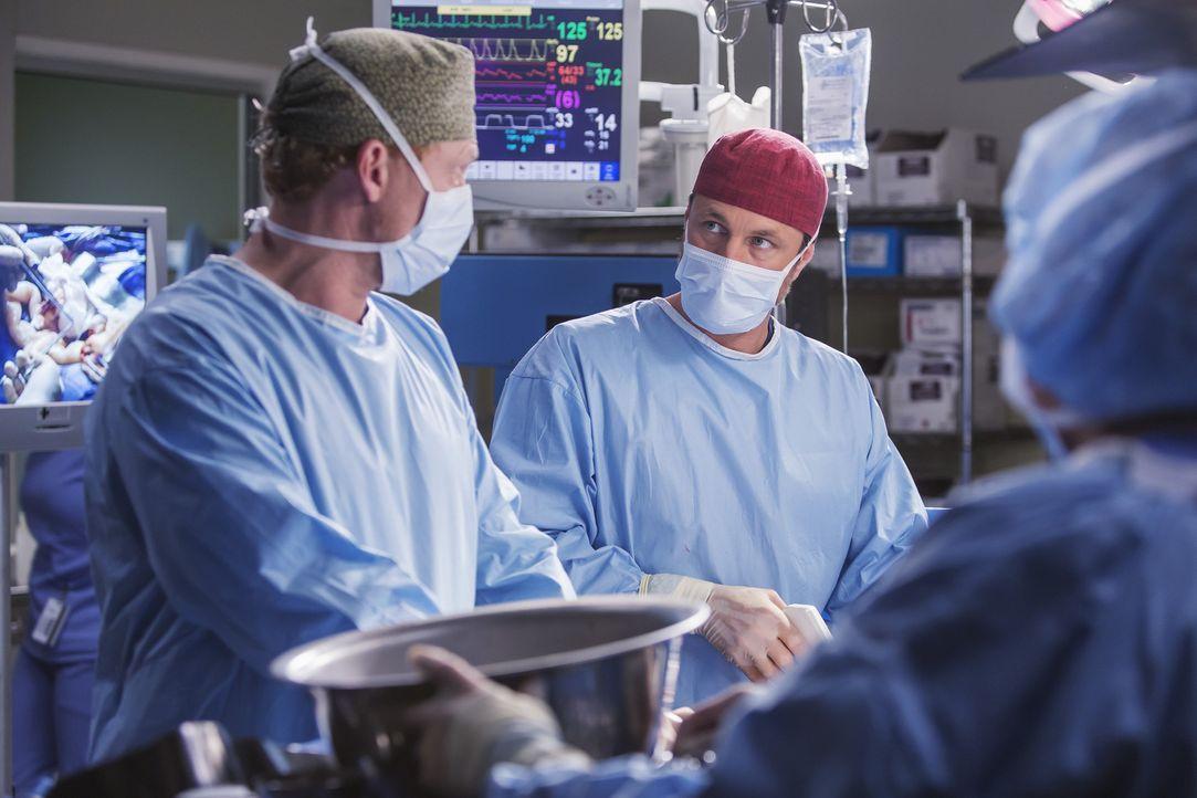 Geraten während einer Operation aneinander: Owen (Kevin McKidd, l.) und Riggs (Martin Henderson, r.) ... - Bildquelle: Ron Batzdorff ABC Studios
