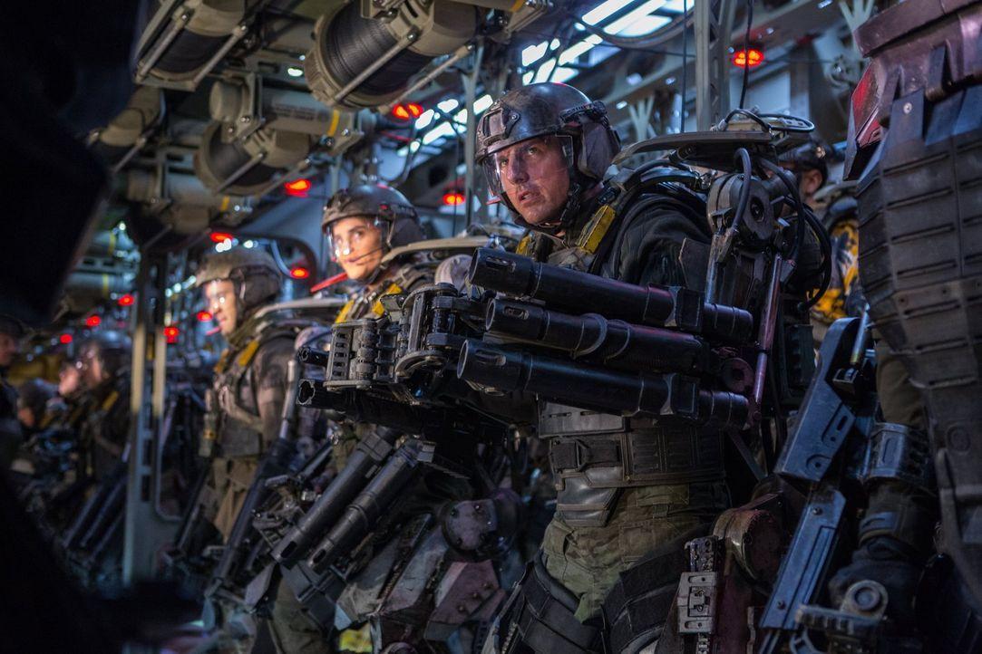 Als die Welt von einer hochtechnisierten Alienrasse angegriffen wird, ist Major Bill Cage (Tom Cruise, r.) gezwungen, in eine Schlacht zu ziehen, di... - Bildquelle: Warner Bros. Television