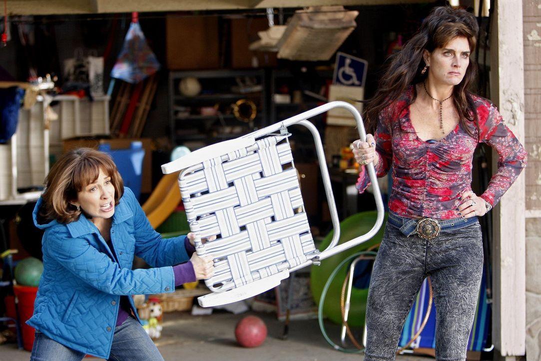 Endlich wagt es Frankie (Patricia Heaton, l.): Sie legt sich mit ihrer furchteinflößenden Nachbarin Rita (Brooke Shields, r.) an ... - Bildquelle: Warner Brothers