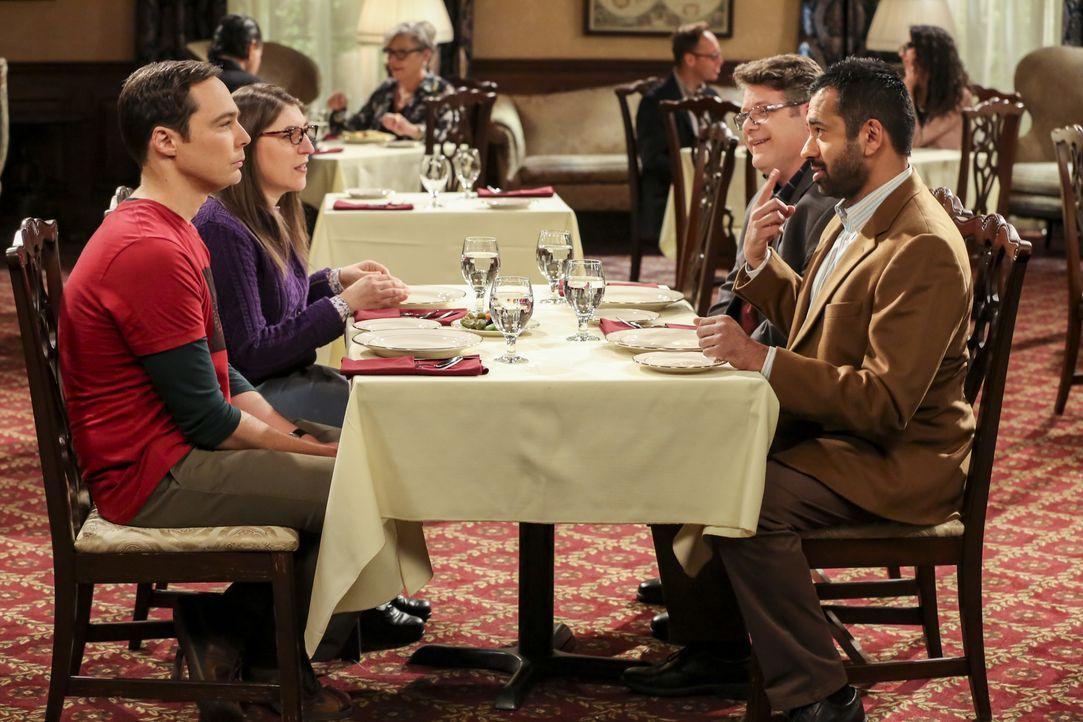 (im Uhrzeigersinn) Sheldon Cooper (Jim Parsons); Amy Farrah Fowler (Mayim Bialik); Dr. Greg Pemberton (Sean Astin); Dr. Kevin Campbell (Kal Penn) - Bildquelle: Michael Yarish 2018 WBEI. All rights reserved. / Michael Yarish