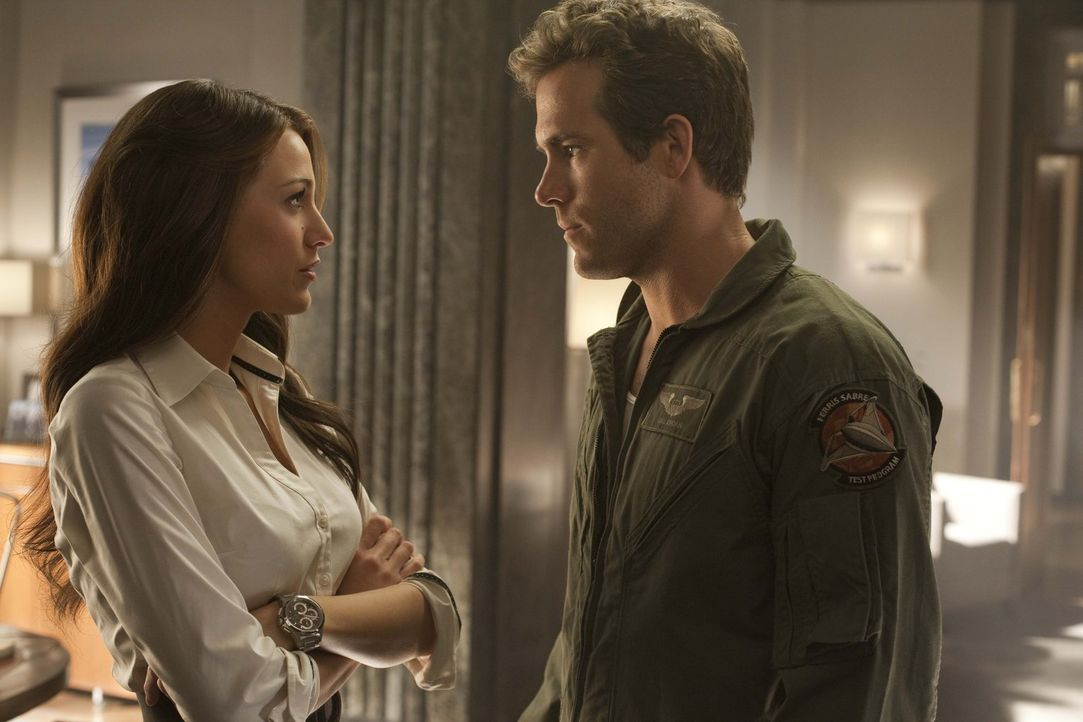 Seit Jahren ist Hal Jordan (Ryan Reynolds, r.) in die attraktive Carol Ferris (Blake Lively, l.) verliebt, doch diese zeigt ihm die kalte Schulter -... - Bildquelle: Warner Bros.