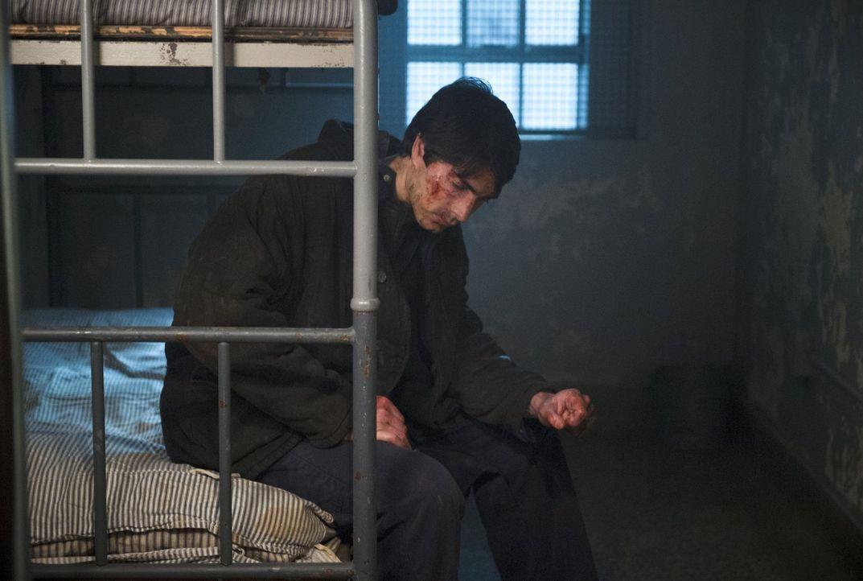 Der Aufenthalt in einem russischen Gefängnis wird für Ray (Brandon Routh) und Mike zum Horrortrip, während Jax durch die Verbindung zu Dr. Stein ebe... - Bildquelle: 2015 Warner Bros.