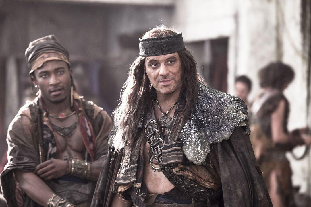 Eigentlich soll der Pirat Heracleo (Vince Colosimo, r.) Spartacus und seine Truppe nach Sizilien bringen. Doch dann lässt er sich von Crassus bestec... - Bildquelle: 2012 Starz Entertainment, LLC. All rights reserved.