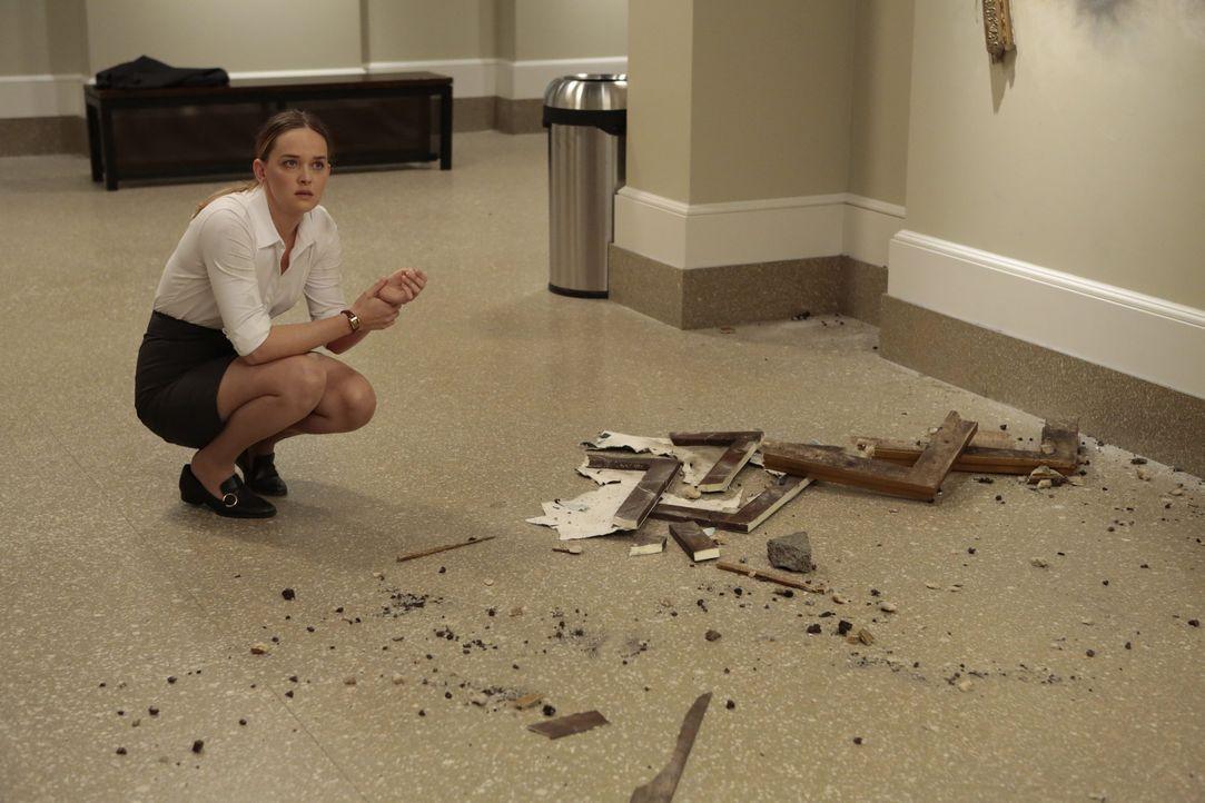 Die eingesperrte Museumsführerin (Jess Weixler) ist umgeben von Sprengstoffen und ihr Geiselnehmer lässt auf Drohungen Taten folgen ... - Bildquelle: Warner Bros.