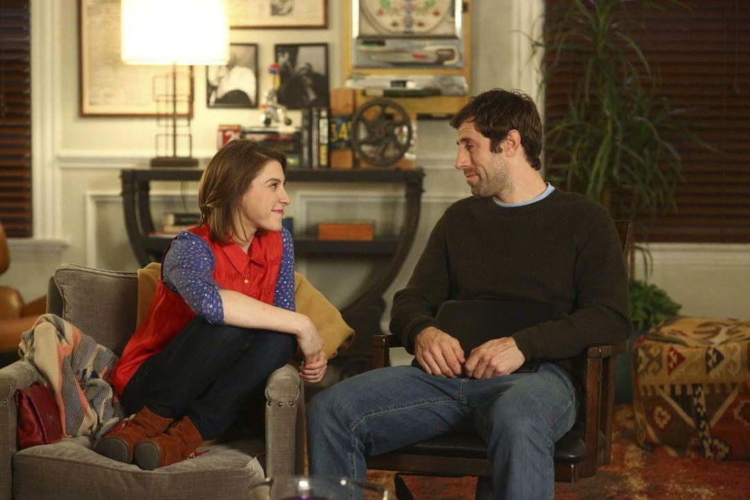 Sue (Eden Sher, l.); Professor Grant (Josh Cooke, r.) - Bildquelle: Warner Brothers