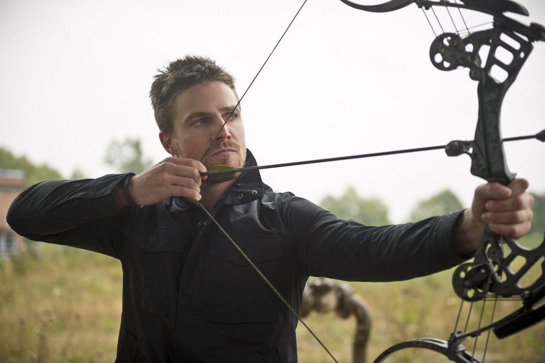 Muss Barry alias The Flash aus einer gefährlichen Situation retten: Oliver alias Arrow (Stephen Amell) ... - Bildquelle: Warner Brothers.