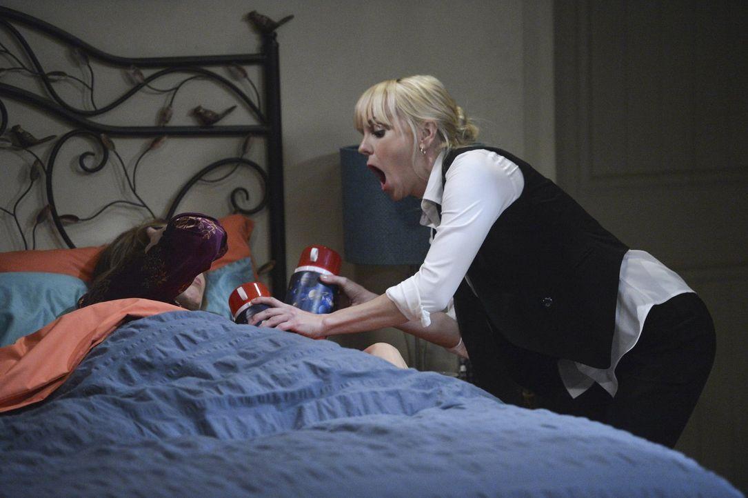 Versucht, ihre Mutter Bonnie (Allison Janney, l.) zu beruhigen und ihren verursachten Schaden zu dämpfen: Christy (Anna Faris, r.) ... - Bildquelle: Warner Bros. Television