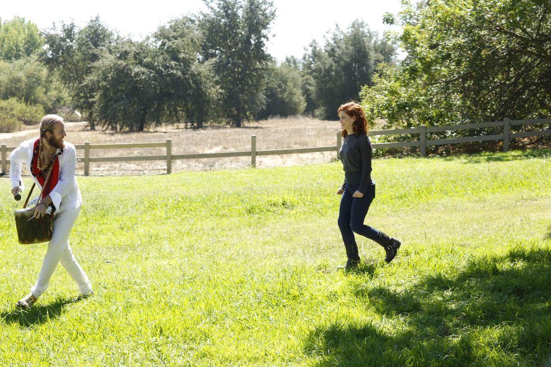 Tessa (Jane Levy, r.) ist von einer ganz besonderen Band, auf die sie im Park getroffen ist, angetan ... - Bildquelle: Warner Bros. Television