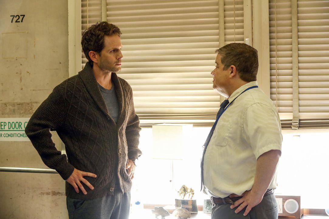 Jack Griffin (Glenn Howerton, l.); Direktor Durbin (Patton Oswalt, r.) - Bildquelle: Vivian Zink 2018 Universal Television LLC. ALL RIGHTS RESERVED./Vivian Zink