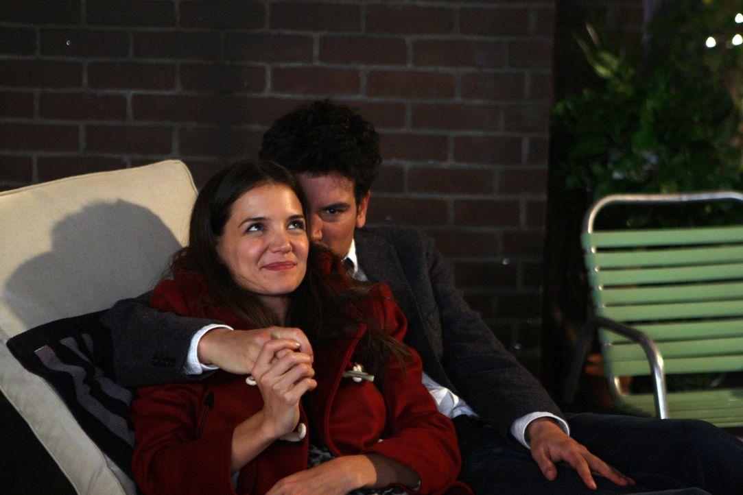 Während Ted (Josh Radnor, r.) endlich die Frau (Katie Holmes, l.) kennenlernt, die sich vor Jahren auf einer Halloween-Party auf dem Dach hinter ei... - Bildquelle: 20th Century Fox International Television