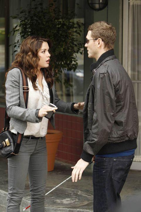 Sara (Danneel Ackles, l.) ist mit dem blinden Todd (Kyle Davis, r.) zusammen. Fortan futtert sie Pizza, frisiert sich nicht mehr und läuft im Schlab... - Bildquelle: NBC Universal, Inc.