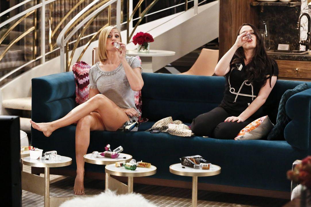 Als Caroline (Beth Behrs, l.) und Max (Kat Dennings, r.) in das Haus von Max' reichem Freund Randy eingeladen werden, um dort dessen Hund zu versorg... - Bildquelle: 2016 Warner Brothers