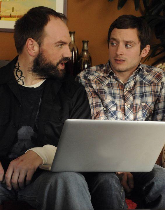 Ryan (Elijah Wood, r.) hat Angst vor seinem Nachbarn Spencer (Ethan Suplee, l.), da dieser ein ungehobelter Klotz ist. Aber wie es kommen muss, trit... - Bildquelle: 2011 FX Networks, LLC. All rights reserved.