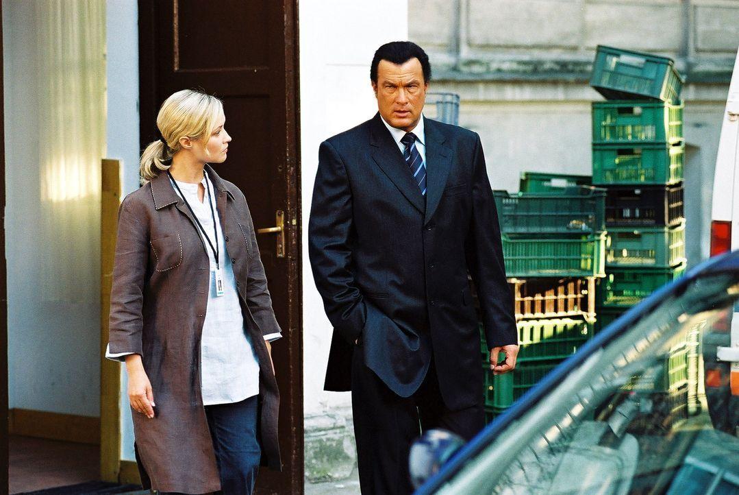 Als der Ex-Undercover-Agent Billy Ray Lancing (Steven Seagal, r.) entdeckt, dass seine kleine Brieffreundin von einem skrupellosen Menschenhändler v... - Bildquelle: Franchise Pictures