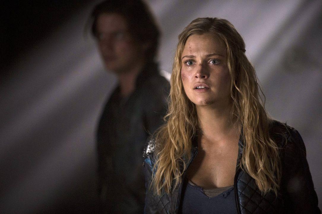 """Als Clarke (Eliza Taylor) sieht, was die Bergmenschen mit Lincoln angestellt haben, erkennt sie, wie dringend sie ihre Freunde aus """"Mount Weather"""" h... - Bildquelle: 2014 Warner Brothers"""