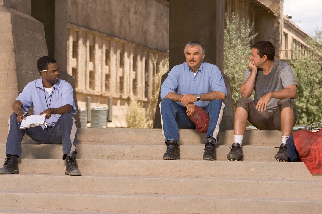 Gefängnisdirektor Hazen rechnet nicht damit, dass Paul (Adam Sandler, r.) einen eigenen Plan verfolgt. Mit Hilfe des gewieften Caretakers (Chris Ro... - Bildquelle: Sony 2007 CPT Holdings, Inc.  All Rights Reserved.