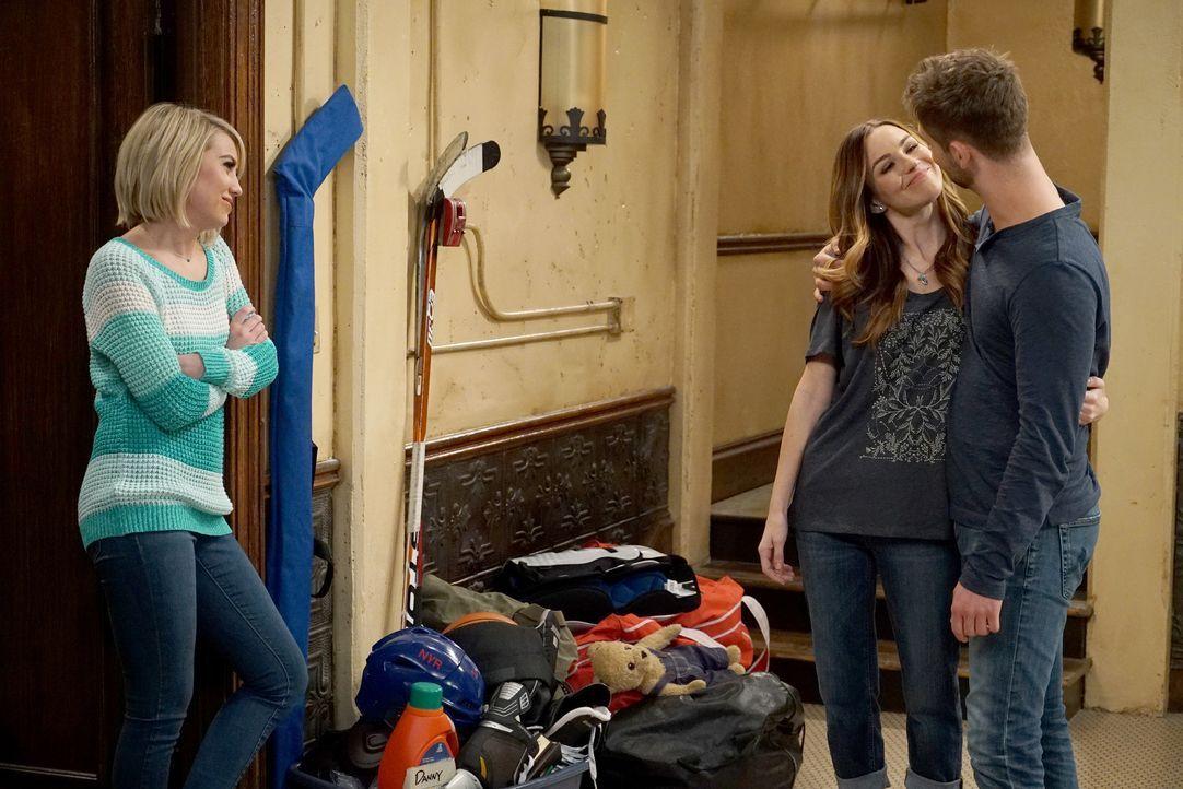 Zoey (Jonna Walsh, M.) und Ben Wheeler (Jean-Luc Bilodeau, r.) haben vor Riley Perrin (Chelsea Kane, l.) ihren ersten großen Auftritt als Paar ... - Bildquelle: Eric McCandless ABC Family / Eric McCandless