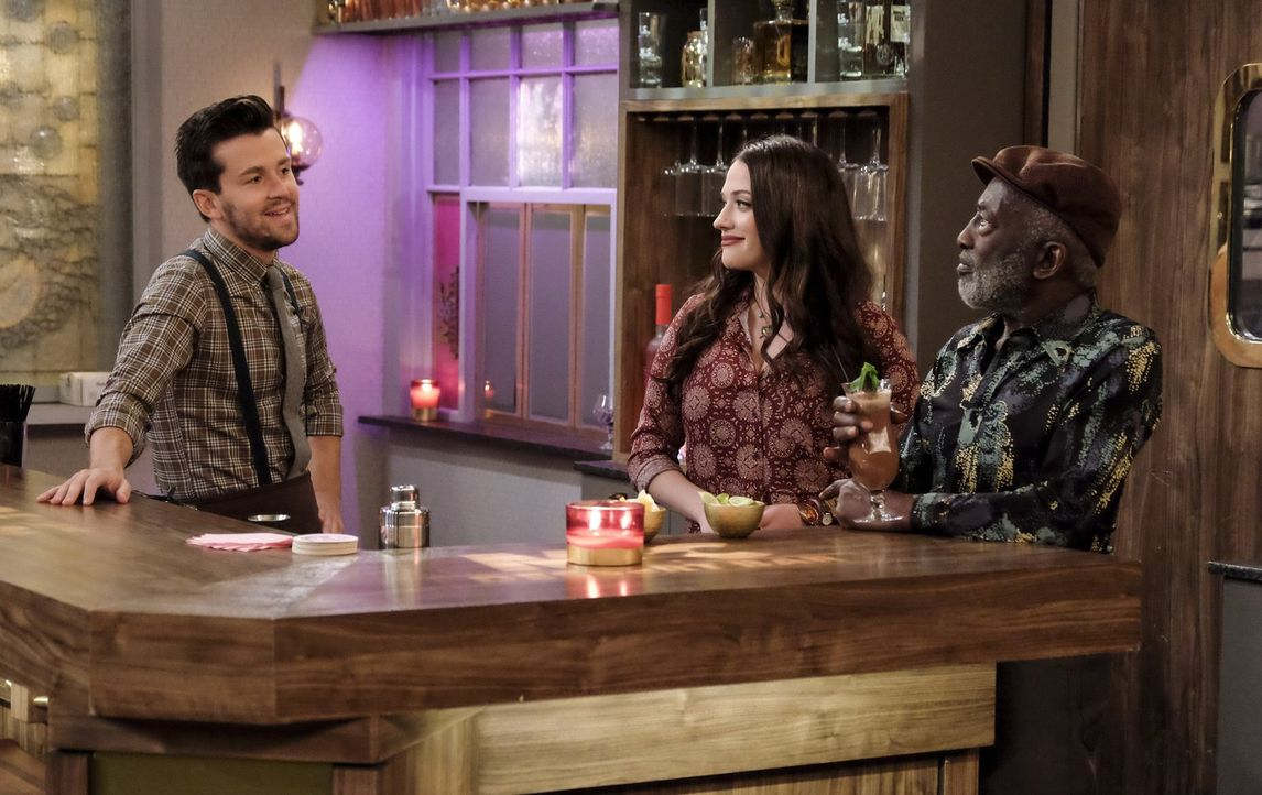 Max (Kat Dennings, M.) und Caroline sind begeistert von dem neuen Barkeeper Clint (Michael Charles Roman, l.), denn seine Drinks führen zu einem une... - Bildquelle: Warner Bros. Television