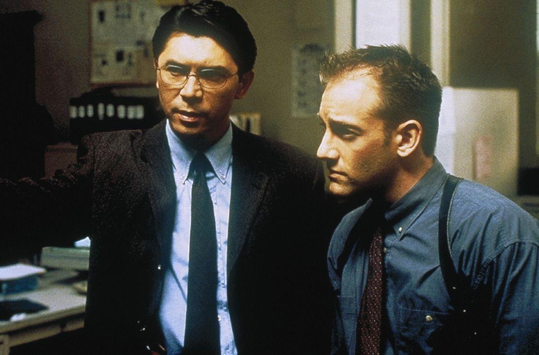 Ein grausamer Killer treibt makabere Rätselspiele mit seinen Opfern, bevor er sie aufhängt. Detective Nick Roos (Lou Diamond Phillips, l.) der mit... - Bildquelle: COLUMBIA TRISTAR INTERNATIONAL TELEVISION