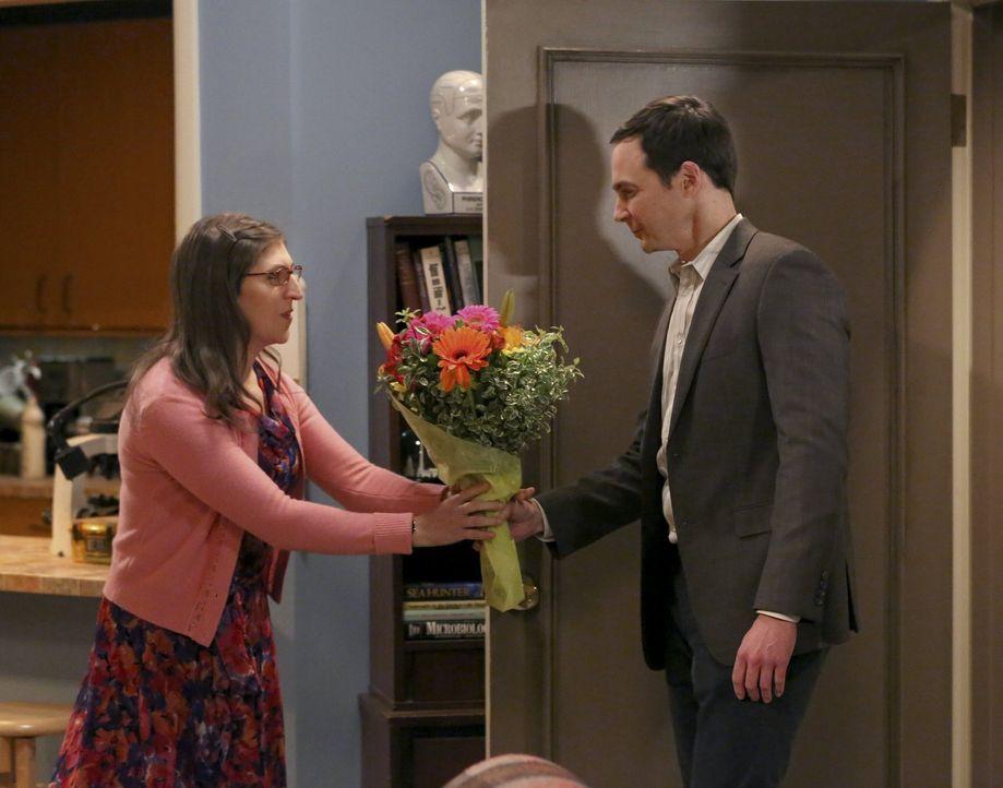 Ein ganz besonderer Moment für Sheldon (Jim Parsons, r.) und Amy (Mayim Bialik, l.) ... - Bildquelle: 2015 Warner Brothers