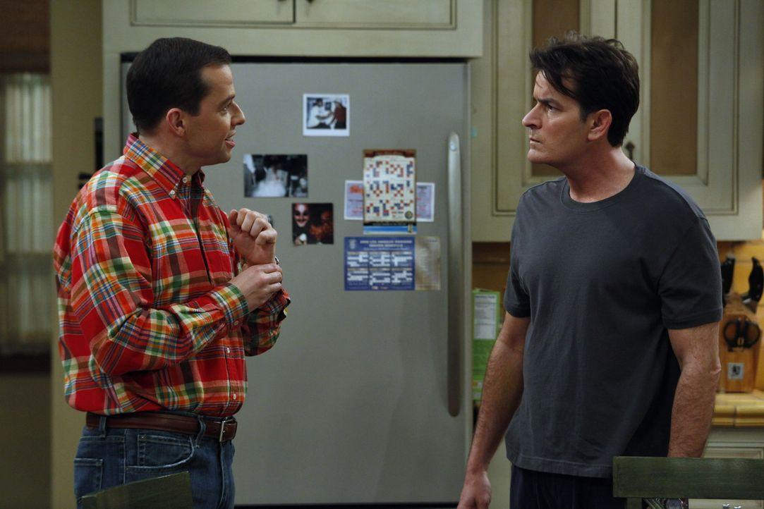 Weil Charlie (Charlie Sheen, r.) Chelsea nicht von der Herzlosigkeit seiner Mutter überzeugen kann, versucht er, Alan (Jon Cryer, l.) und Jake daf - Bildquelle: Warner Bros. Television