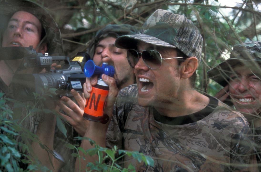 Johnny Knoxville, 2.v.r. unternimmt alles, um sich möglichst schwere Verletzungen zuzufügen. Er verpasst sich selbst Elektroschocks, stellt sich u... - Bildquelle: Paramount Pictures