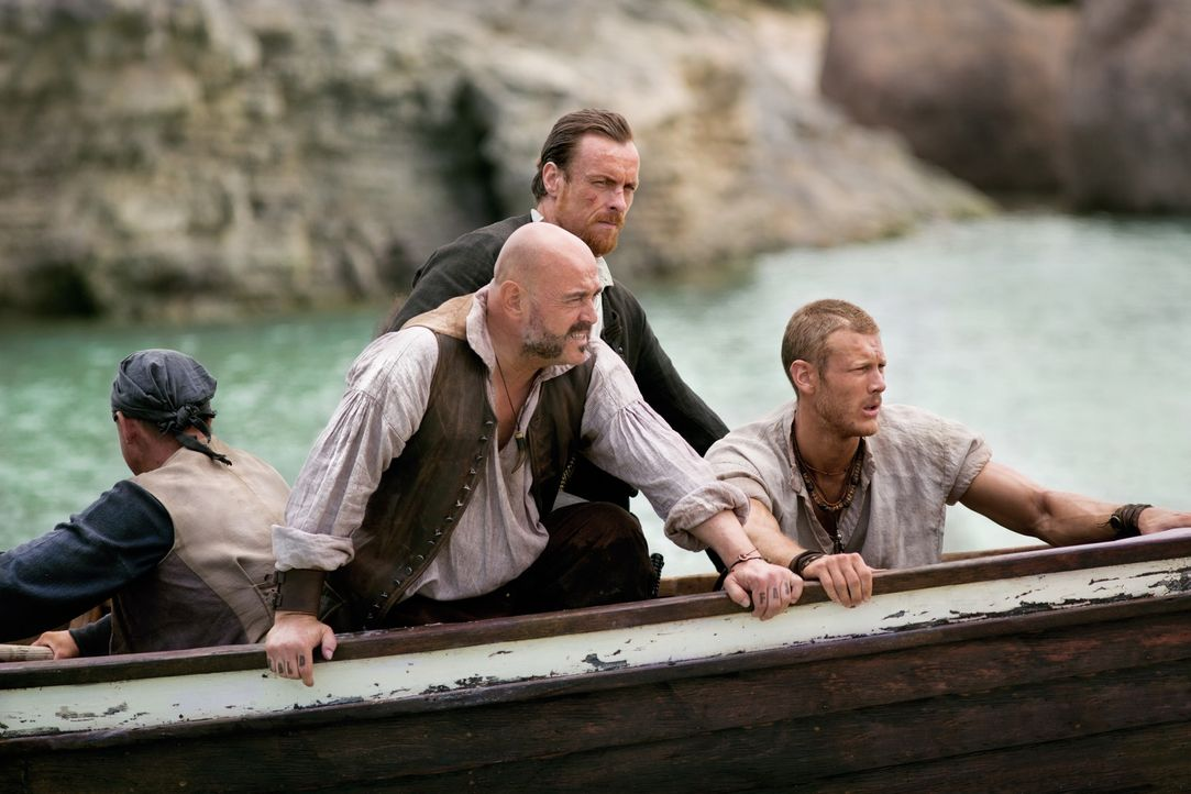 Ein schreckliches Geheimnis lässt Captain Flint (Toby Stephens, M.), Billy Bones (Tom Hopper, r.) und Gates (Mark Ryan, 2.v.l.) zusammenarbeiten ... - Bildquelle: 2013 Starz Entertainment LLC, All rights reserved