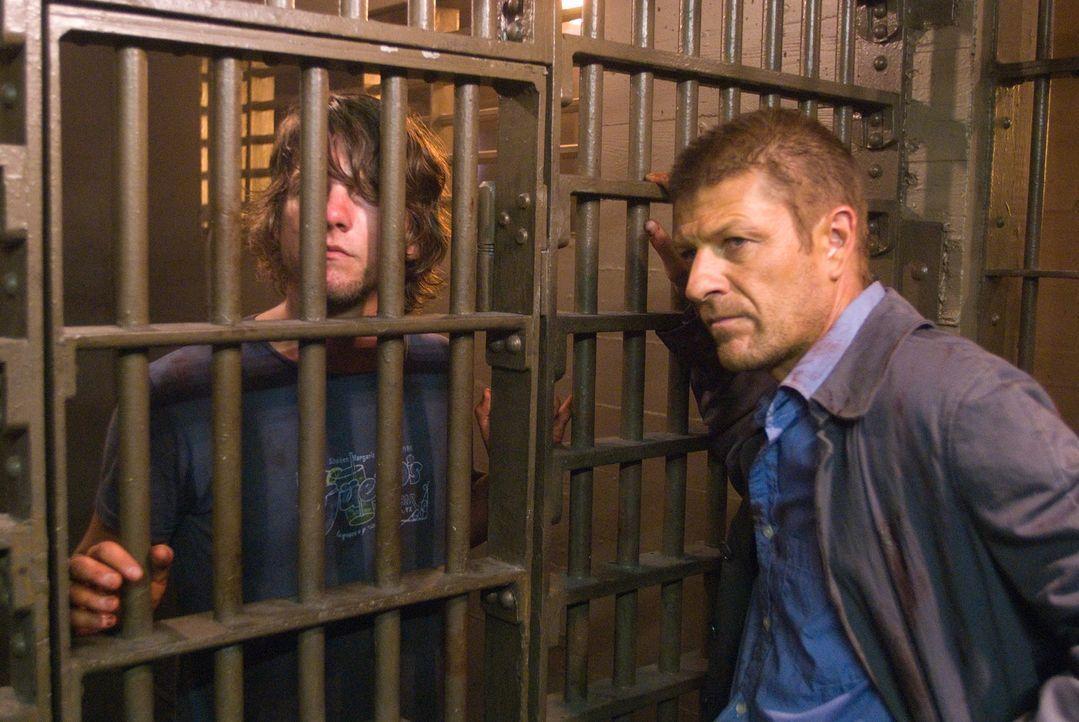 Als die Polizei Jim (Zachary Knighton, l.) und Grace ins Gefängnis steckt, hoffen die beiden, so dem Killer entkommen zu können. Ein fataler Fehle...