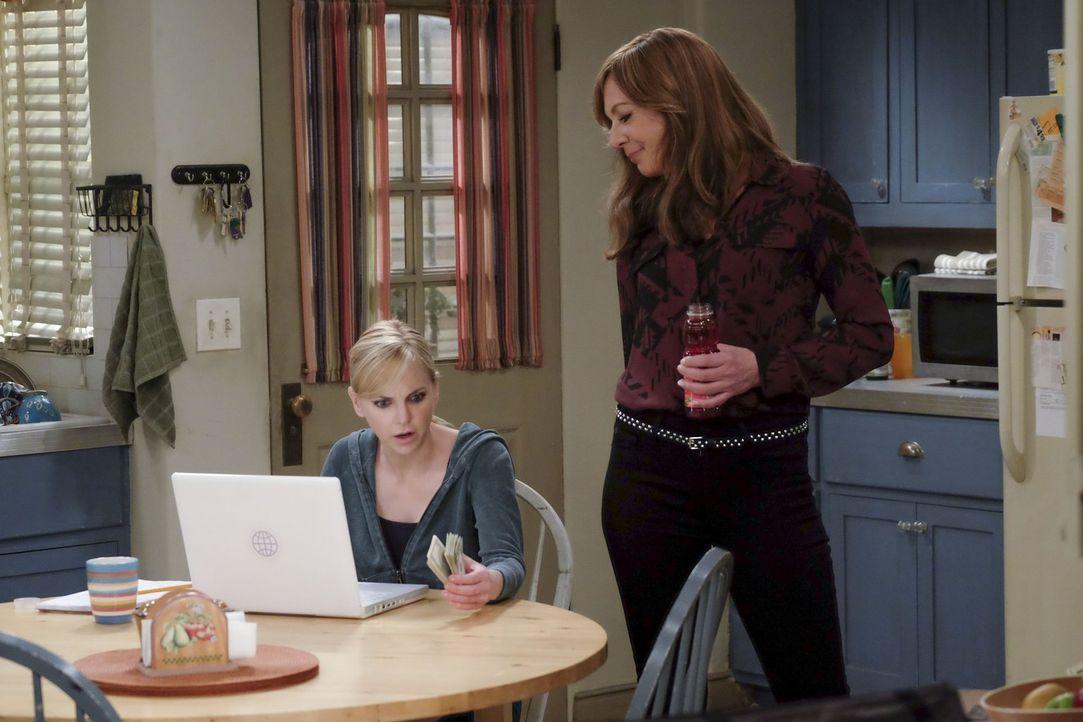 Während Christy (Anna Faris, l.) alles tut, um ein Stipendium für ihr Jurastudium zu bekommen, greift Bonnie (Allison Janney, r.) bei ihrer Enkeltoc... - Bildquelle: 2015 Warner Bros. Entertainment, Inc.